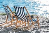 csíkos társalgók és hűvösebb homokos strandon