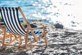 lehátka na prázdné pláže