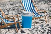 csíkos nyugágyak és a hűvösebb a homok