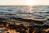 Fotografie majestic landscape with sea coast and waves at sunset