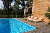 prázdný útulné lehátka u bazénu v slunečný den