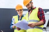 profesionální konstruktory v Havířské práci s plány na střeše