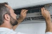 Fotografie muž vousatý pracovník opravy klimatizace