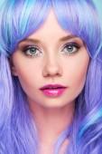 Detailní portrét smyslná mladá žena s modrými vlasy při pohledu kamery na modré, samostatný