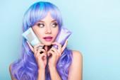 csövek a színező a haj tonik oldalán kék elszigetelt látszó fiatal nő