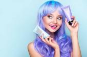 boldog, fiatal nő, csövek a színező a haj tonik elszigetelt kék