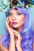 Fotografie close-up Portrait von attraktive junge Frau mit blauen, lockiges Haar und Blumenkranz isoliert auf blau
