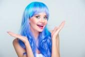 Fotografie nadšený mladá žena s jasně modré vlasy izolované Grey
