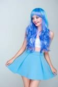 Fotografia giovane donna felice con i capelli blu brillante isolato su grigio