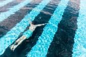 muž plavání pod vodou v bazénu blue