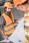 stavitelé s blueprint bavit na staveništi