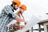 Fotografie jisti, architekti, pracující společně se stavební plán
