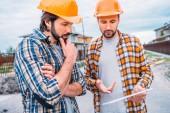jistý architekti pomocí digitálních tabletu na staveništi