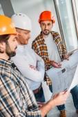 skupina architektů se plán konverzaci v konstrukci budovy