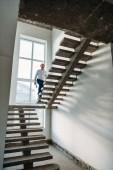 pohledný architekt jít nahoru uvnitř budovy domu