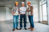 skupina architektů v konstrukci budovy, při pohledu na fotoaparát