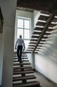 zadní pohled architekta jít nahoru uvnitř budovy domu