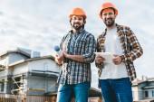 architekti se plán a tabletu při pohledu kamery na staveništi