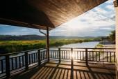 pohled na krásný západ slunce nad řekou z dřevěné terasy