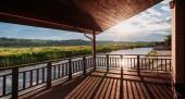 široký záběr na krásný západ slunce nad řekou z dřevěné terasy