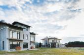 modern épületek zöld méterre felhős napon