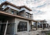 Detailní záběr současné stavební konstrukce lešení za zatažené obloze