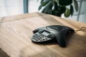 Fotografie Konferenztelefon auf Holztisch im Büro