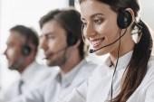 mosolygó fiatal call center manageress dolgozó kollégákkal