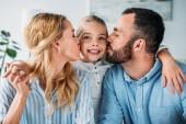 Fotografie glückliche junge Eltern küssen ihre Tochter in von Seiten