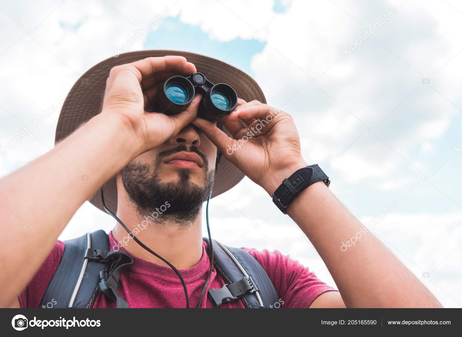 Gut aussehend männlichen touristen hut die auf der suche fernglas