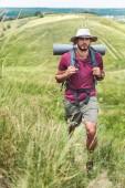 Fotografie Reisenden in Hut mit Rucksack und touristischen Matte im Sommer