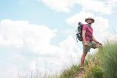 Fotografie männliche Wanderer in Hut mit Rucksack und touristischen Matte
