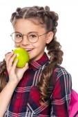 s úsměvem školák kousání zralé jablíčko izolované na bílém
