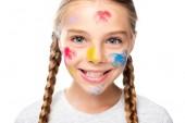 Fotografie Porträt eines lächelnden Schulkindes mit Schminke im Gesicht, das isoliert auf weiß in die Kamera blickt