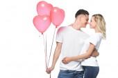 pár políbí, přítel drží svazek srdce ve tvaru bubliny, izolované na bílém