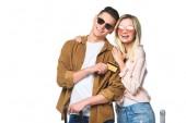 Fotografie šťastný mladý cestování pár s kufry a kreditní karty izolované na bílém