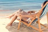 a szép lány a bikini ivás kókusz pihen a nyugágy és koktélbár, Beach