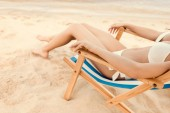 levágott kilátás pihentető nő a homokos strand szék