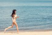 šťastní štíhlé mladá žena v bílých bikinách na pláži moře