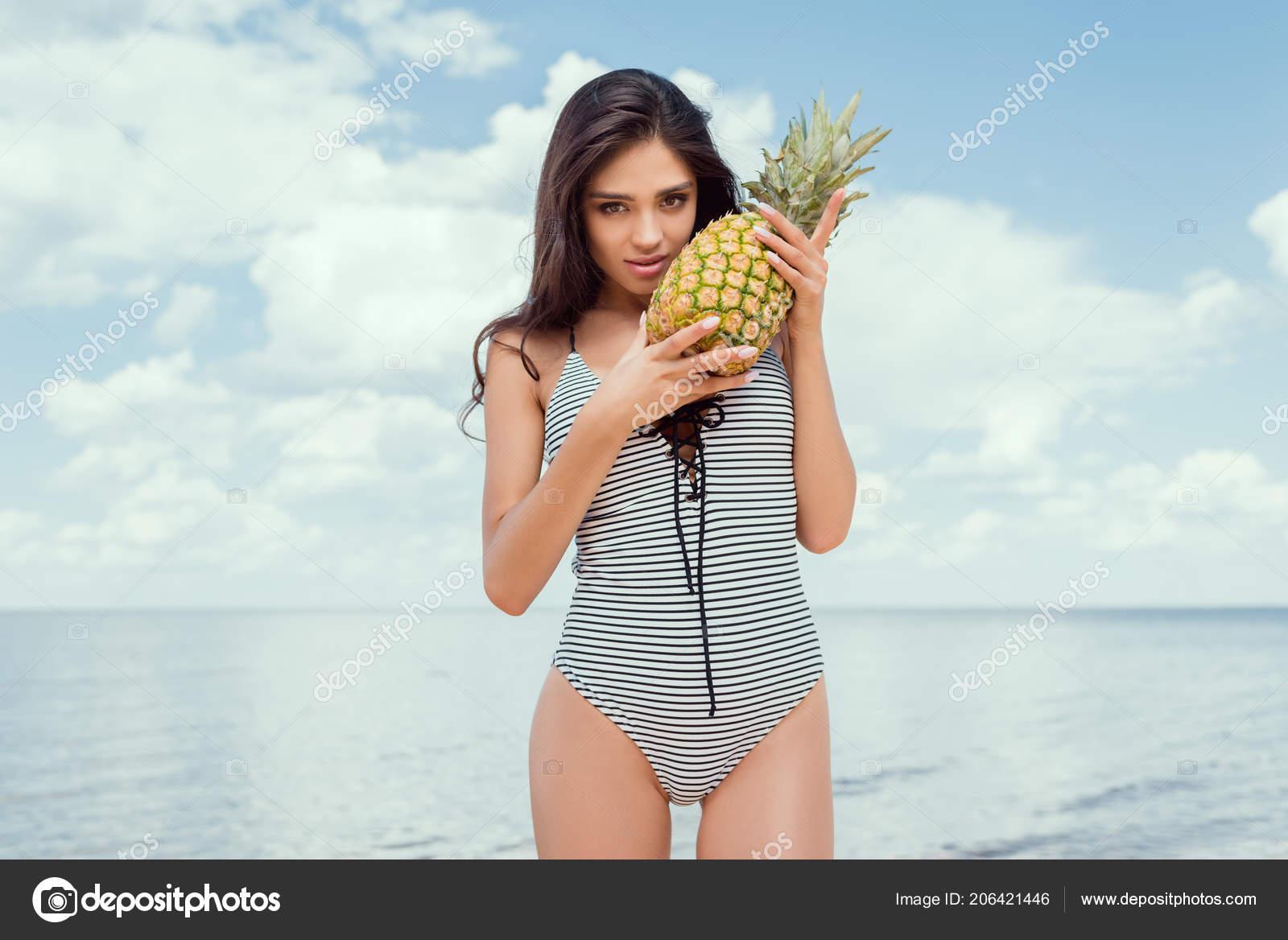 e0c4f5b81c Young Brunette Woman Swimsuit Posing Pineapple Sea Summer — Stock Photo