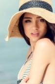 krásná mladá žena pózuje v slamák v létě