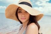 atraktivní dívka pózuje v plavkách a straw hat