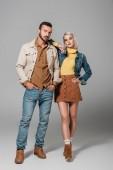 Fotografia paio di modelli in posa in abito autunno lo street style, il grigio