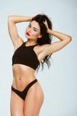 Fotografie sexy Frau im Sport-BH und Höschen berühren isoliert auf graue Haare