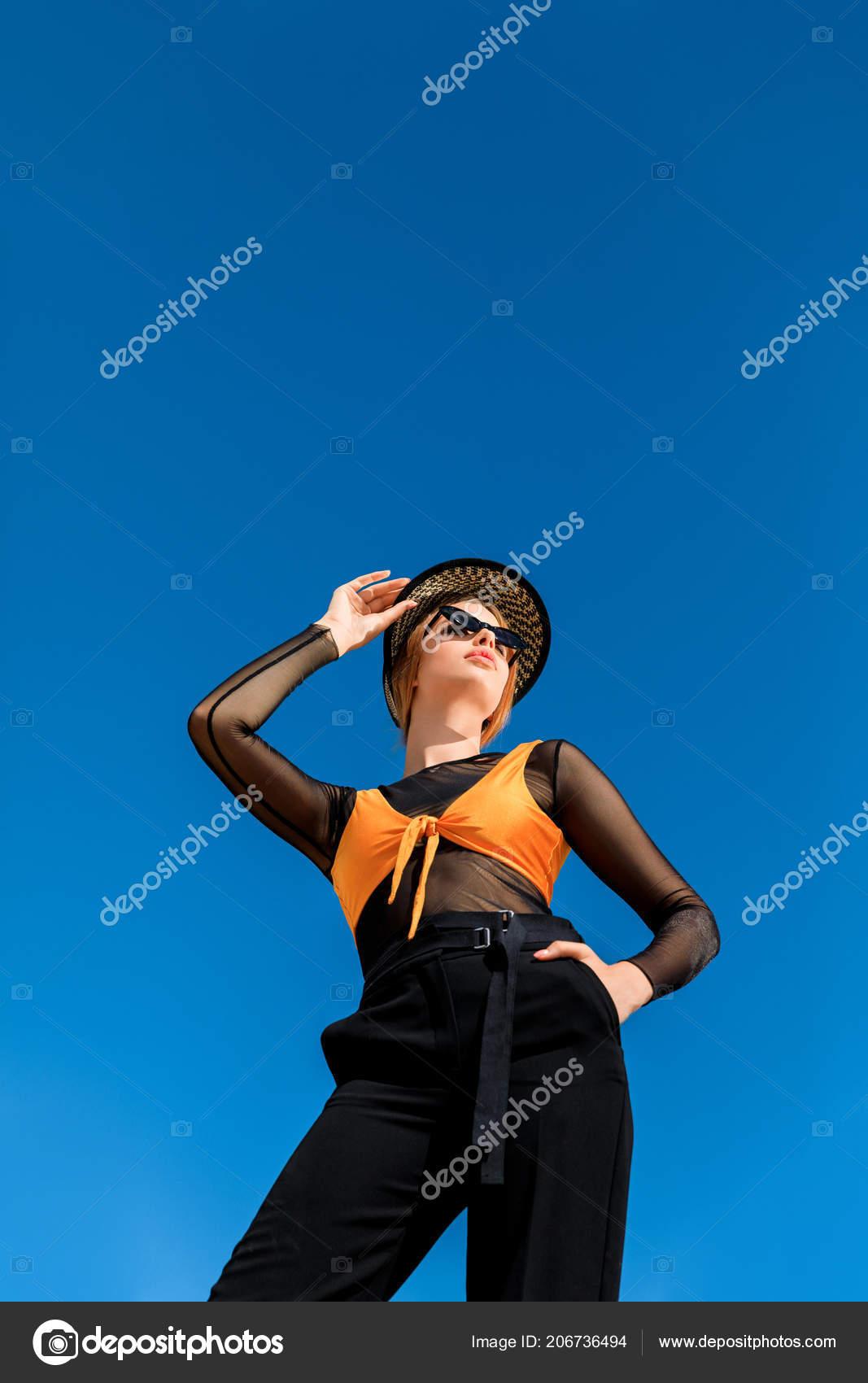 3bc12fd62d Κάτω Όψη Του Κοριτσιού Που Θέτουν Μοντέρνα Γυαλιά Ηλίου Και– εικόνα αρχείου