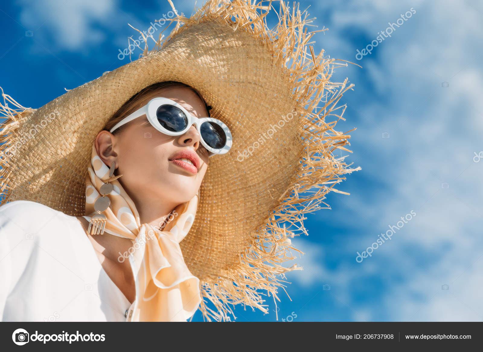 a9ca89592f Όμορφη Κοπέλα Ποζάρει Μοντέρνα Γυαλιά Ηλίου Φουλάρι Και Ψάθινο Καπέλο —  Φωτογραφία Αρχείου