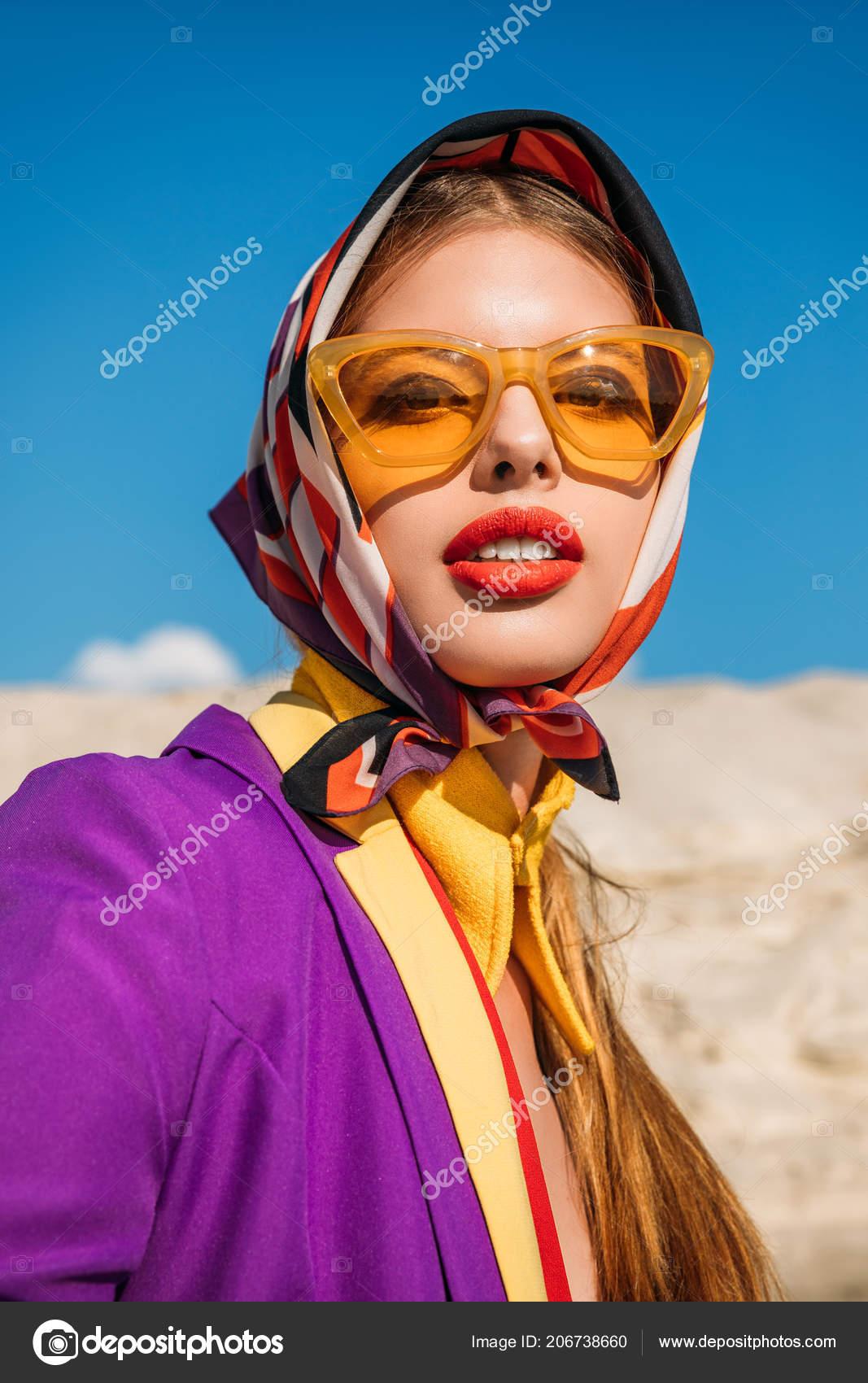 ba75b4929c Πορτρέτο Του Κομψό Νεαρή Γυναίκα Μοντέρνα Γυαλιά Ηλίου Κίτρινα — Φωτογραφία  Αρχείου