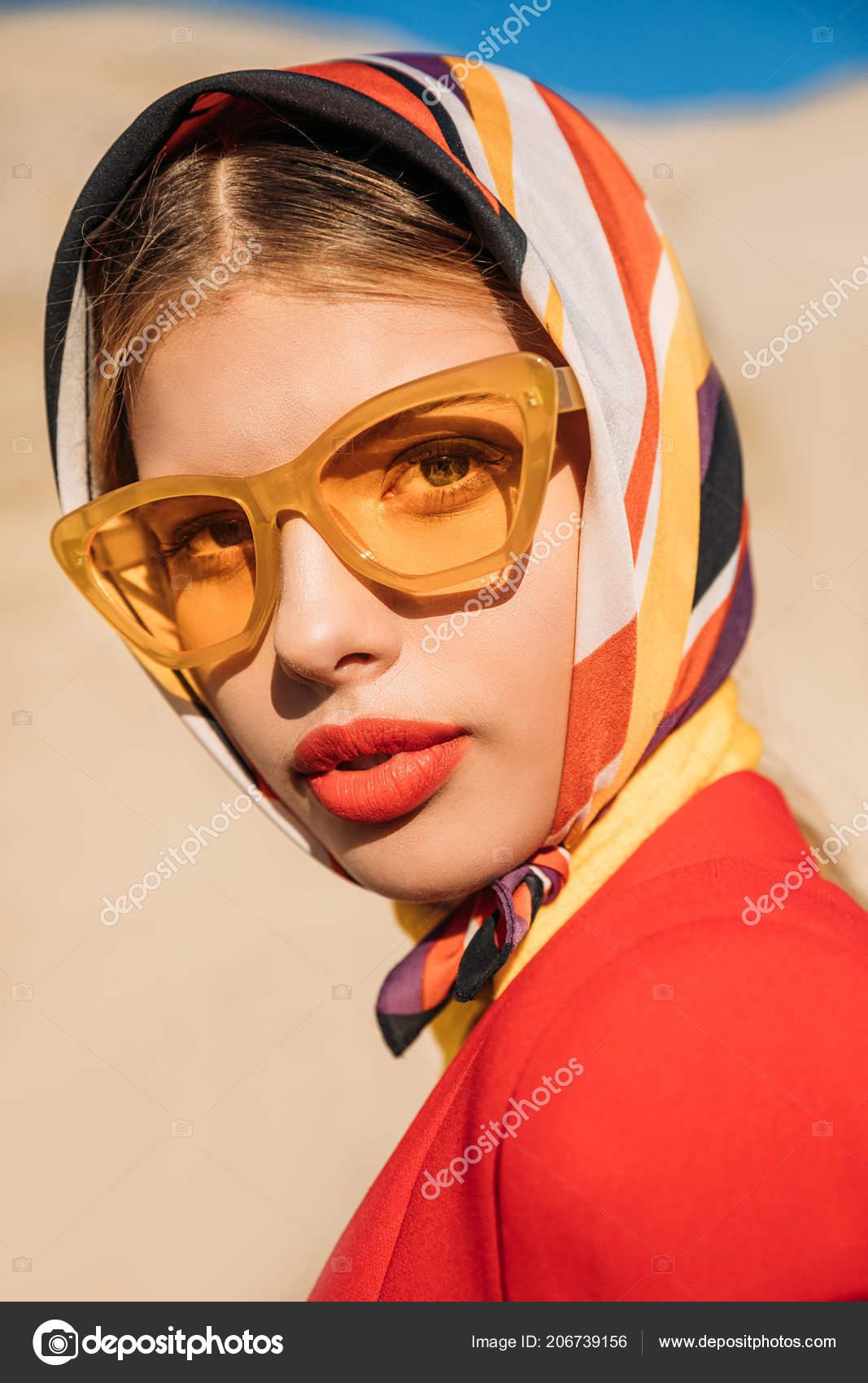 4170eb1a48 Κομψή ελκυστική κοπέλα ποζάρει στα κίτρινα γυαλιά ηλίου και μεταξωτό  μαντήλι– εικόνα αρχείου