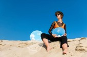 Fotografie attractive woman posing with round mirrors with reflection of blue sky