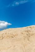 Fotografie prázdnou krajinu s písečné duně v poušti, modrá obloha a mraky